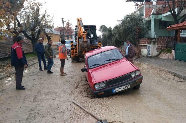Manisa'da yol çöktü, otomobil çukura düştü
