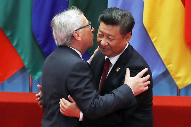 AB Komisyonu Başkanı Juncker tüm dünyayı öptü!
