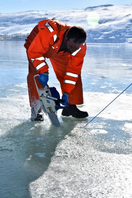 """Muş'ta donan gölde buzları """"motorlu testere""""yle kesip balık avlıyorlar"""