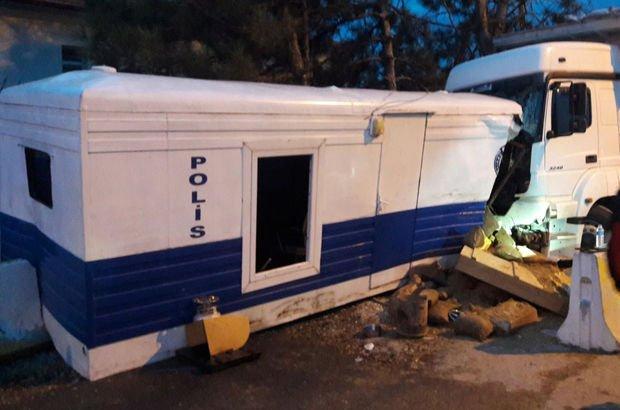Isparta'da kamyon, polis ve jandarma kontrol çarptı: 2'si polis 3 yaralı