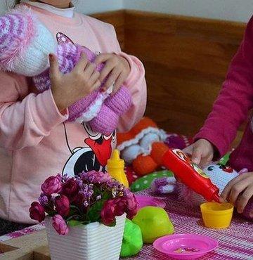 """Prof. Dr. Rüstem Aşkın,""""Çok sayıda alınan oyuncak, çocukların bir oyuncakla yakınlaşmasını, bağ kurmasını, becerilerinin gelişmesini engelliyor, dikkatini bozuyor"""" dedi"""