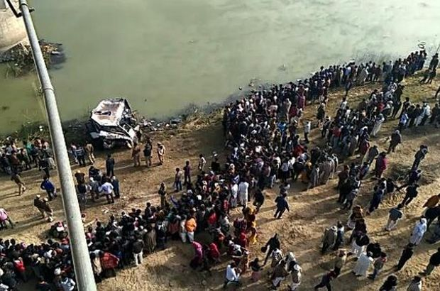 Hindistan'da otobüs nehre düştü