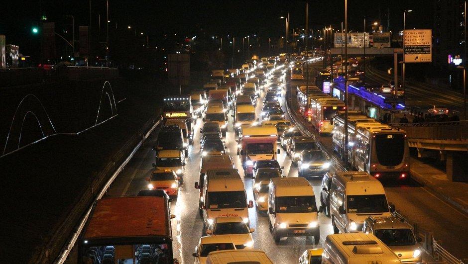 Yola çıkacaklar dikkat! İstanbul'da trafik kilit
