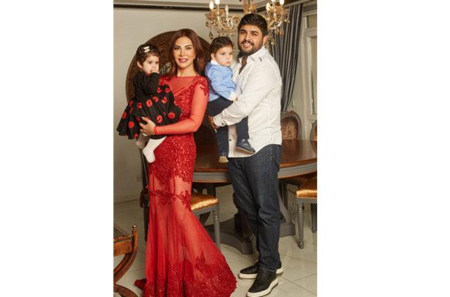 Ebru Yaşar eşi Necat Gülseven ve ikizleriyle objektif karşısına geçti