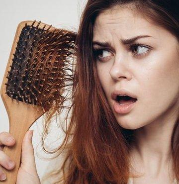 Dr. Necla Eryılmaz, günde 50-100 adet saç teli dökülmesinin olağan kabul edilebileceğini ancak dökülme sayının bu rakamların üzerine çıktığında, temiz saçı hafif çekmekle ele 4-5 adetten daha fazla saç teli gelmesi durumunda doktora başvurulması gerektiğini söyledi
