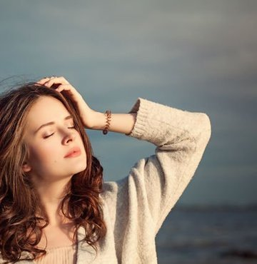 Depresyon, kişinin duygularıyla dışa cevap verebilme sürecinde ortaya çıkan bir bozukluktur. Yaşamdan zevk alamama, içe kapanma ve sosyal ortamlardan uzaklaşarak giderek yalnızlaşma gibi belirtiler ile kendini gösterir. Kışın güneşli gün sayısı diğer mevsimlere göre daha az olması hüzün ve çaresizlik duyguları ortaya çıkarmaktadır. Peki, kış depresyonu belirtileri nelerdir? Kış depresyonundan kurtulmanın yolları nelerdir?
