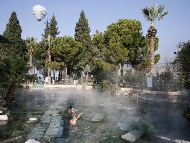 Pamukkale'nin antik havuzunda kaplıca keyfi