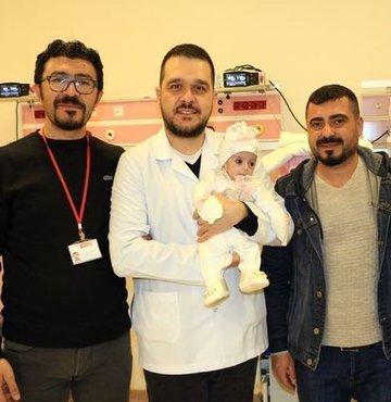 Yemek borusu ve makatı kapalı olarak erken doğumla dünyaya gelen Buğlem Liva bebek, başarılı cerrahi operasyon sayesinde hayata tutundu