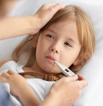 Kış aylarında sıklıkla görülen soğuk algınlığı ve grip, şu sıralar salgın olarak etkisini sürdürüyor. Çoğunlukla üstüne düşülmeyen ve göz ardı edilen bu hastalıklar, en fazla bebek ve çocukları etkiliyor. Özellikle bebek ve çocuklarda önemsenmesi gereken grip ve nezle, ihmal edildiğinde bilhassa akciğer ve kulaklar için ciddi riskler taşıyor. Uzm. Dr. Gonca Özmen, çocukları enfeksiyonel hastalıklardan korumanın yollarını anlattı