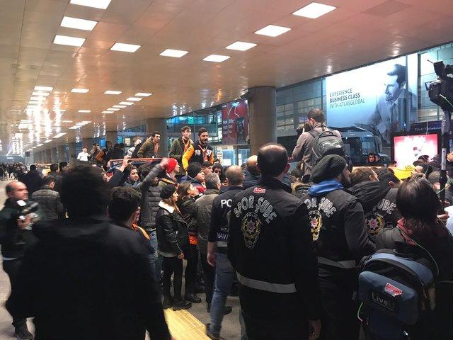 Başakşehir'e transfer olan Arda Turan'ın havalimanında karşılamasında gerginlik!