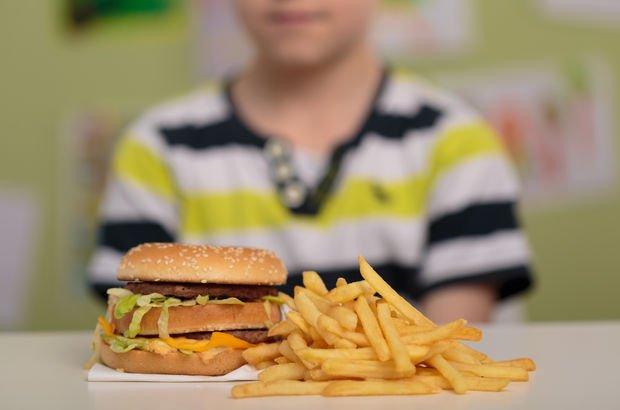 Fast food yiyen çocuklar gelecekte kemik erimesiyle karşı karşıya kalabilir!