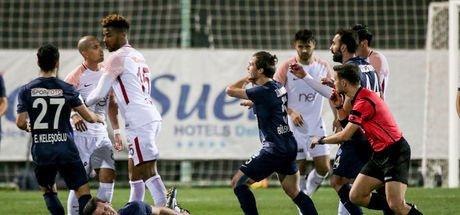 Feghouli'nin yaptığı faul, Tuzlasporlu oyuncuları çılgına çevirdi!