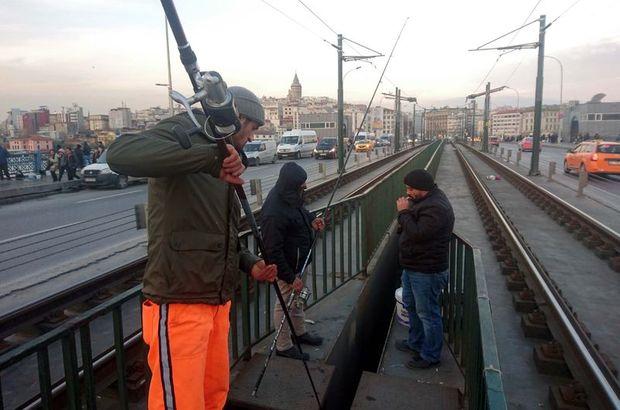Yer: Galata Köprüsü...Tramvay rayları arasında dikkat çeken görüntü