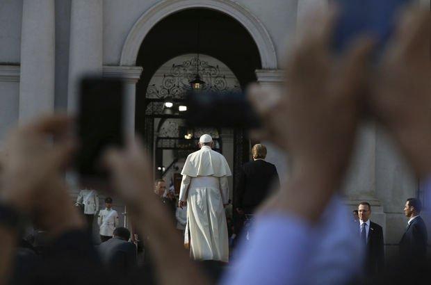 Papa ziyaret etti, üç kilise ateşe verildi!