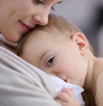 Anne sütü sağlıklı bir yaşam için oldukça önemli... Anne sütünün bazı durumlarda az olması ise aileleri oldukça tedirgin ediyor. Özellikle erken doğumda gerçekleşen doğumlarda yoğun bakımda bulunan bebekler annelerinden uzakta kalıyor ve anne sütünü yeterince alamıyor. Uzmanlar, doğum sonrası yapılacaklar ve anne sütünü artırmanın yollarına dair merak edilenleri anlattılar
