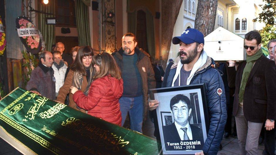 Ünlü oyuncu Turan Özdemir'e kariyerine başladığı sahnede veda edildi