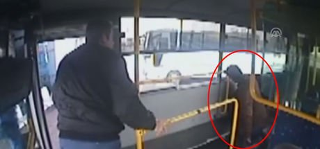 Aydın'da halk otobüsü şoförü rahatsızlanan yolcuyu hastaneye yetiştirdi! O anlar kamerada