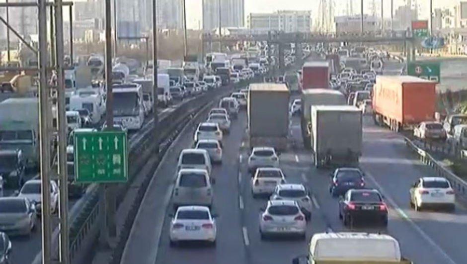 İstanbul'da karne yoğunluğu! Trafik durma noktasına geldi