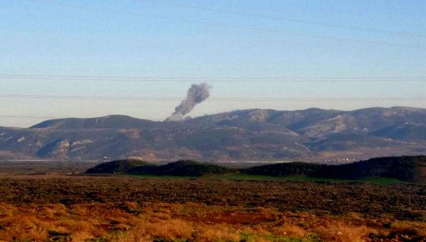 Hatay'ın Hassa ilçesinin karşısında dumanlar yükseliyor