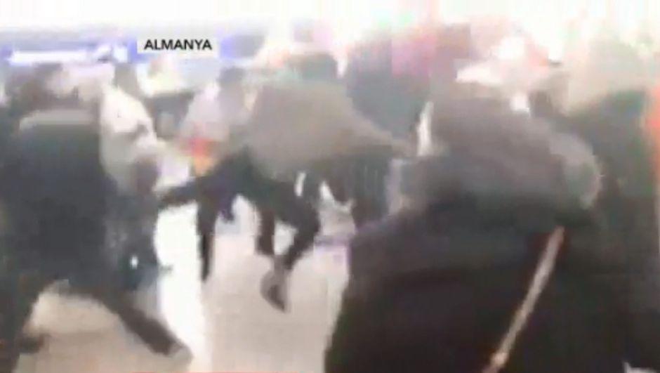 Almanya'da terörist gruba Türk vatandaşlardan tekme tokat dayak