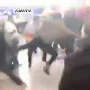 ALMANYA'DA PYD/PKK YANDAŞLARI TÜRK YOLCULARA SALDIRDI
