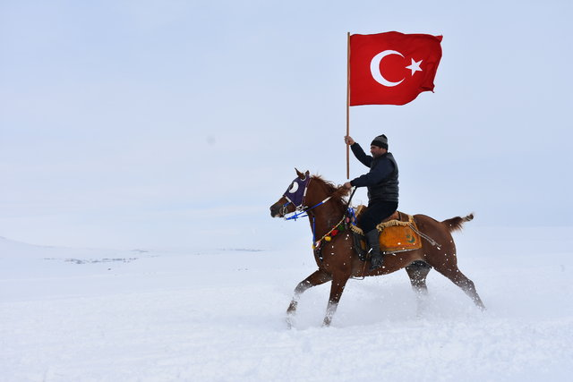 Kar üstünde atlı cirite ilgi büyük!