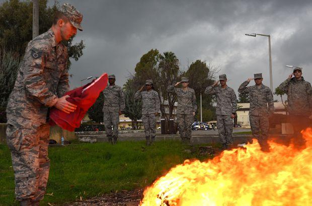 ABD askeri ABD bayrağını yaktı