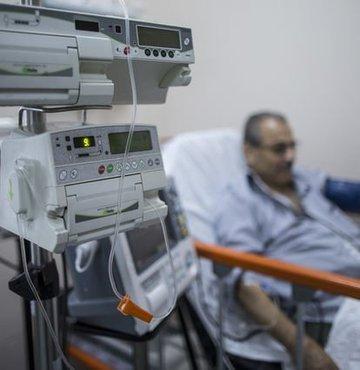 """Türkiye yoğun bakım hasta yatağı sayısında dünyada lider ama boş yatak bulmak için ya mucize ya da torpil gerekiyor. Prof. Ünal, """"Yoğun bakım yataklarının yüzde 60'ı özel hastanelerde. SGK'dan para almak için hastaları aylarca boş yere yoğun bakımda tutuyorlar"""" diyor"""