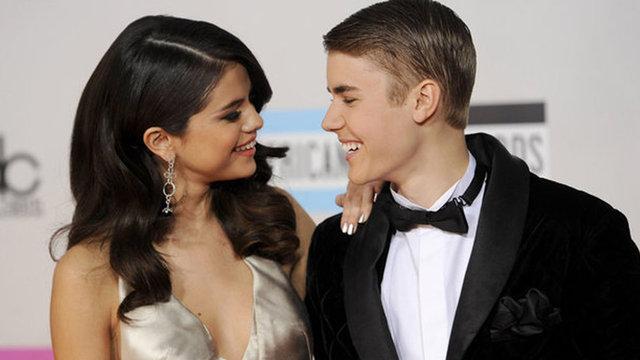 Selena Gomez derin yırtmacıyla göz kamaştırdı - Magazin haberleri