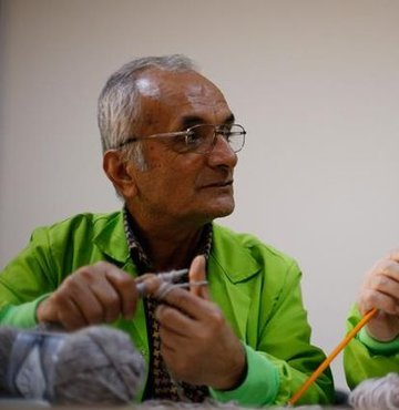"""Akdeniz Üniversitesi bünyesinde geçen yıl kurulan """"Tazelenme Üniversitesi""""nde sınıfı geçebilmek için kazak ören 60 ila 92 yaşındaki erkek öğrenciler, hareket kabiliyetlerinin artırmasının mutluluğunu yaşıyor"""