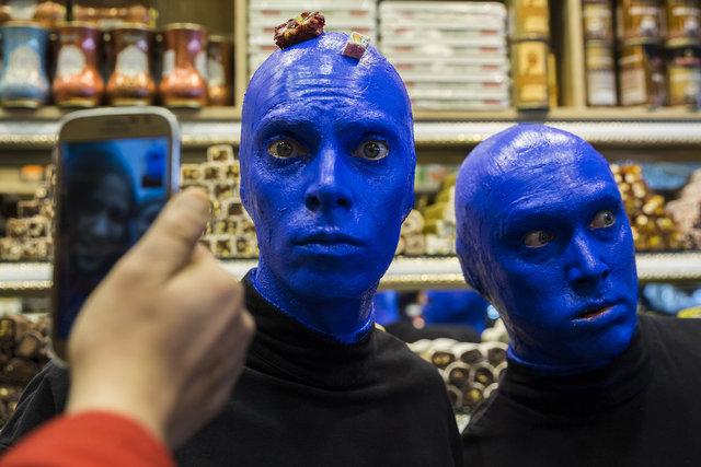 """""""Blue Man Group"""" Eminönü'nde halkla buluştu"""