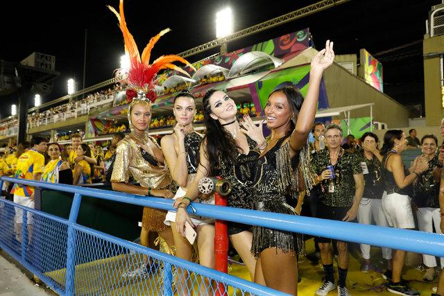 Adriana Lima karnavalın ilgi odağı oldu - Magazin haberleri