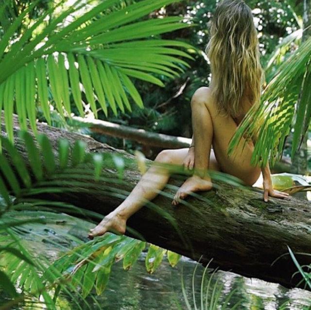 Sevgilisiyle ormana taşınan kadın Freelee The Banana Girl!