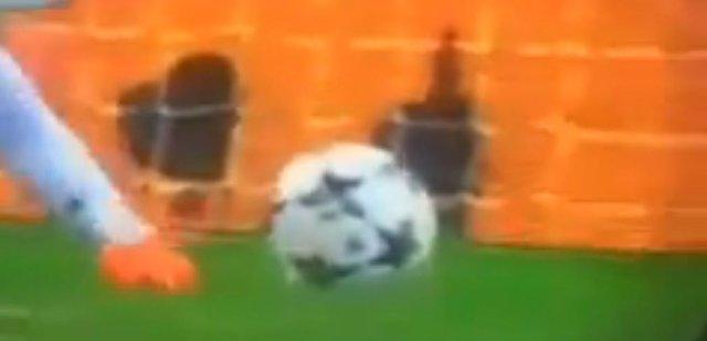 Ronaldo penaltı kullanırken top havalandı!