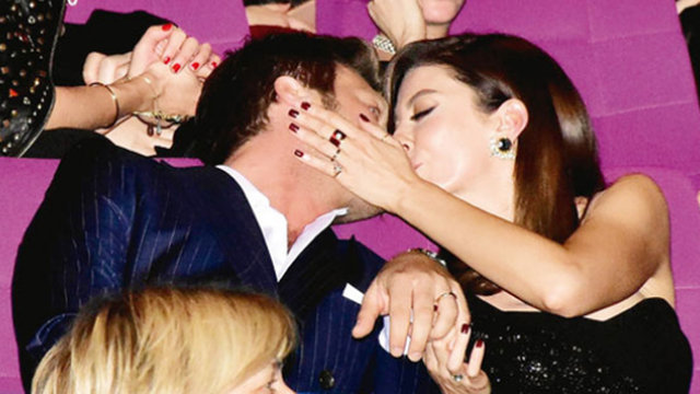 Başak Dizer'den Kıvanç Tatlıtuğ'a öpücüklü kutlama - Magazin haberleri