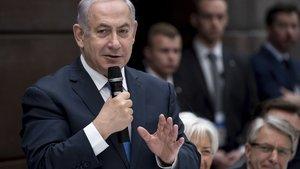 Netanyahu düşen İran İHA'sının parçasıyla kürsüye çıktı: Bir mesajım var