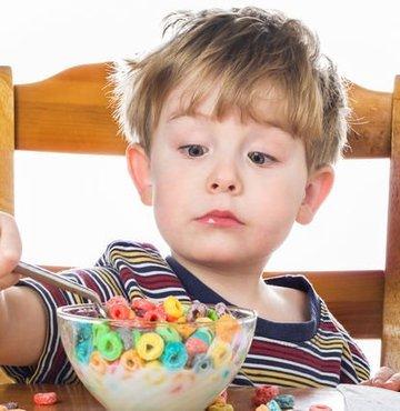 Doç. Dr. Hatice Balaban, yapay renklendirici bulunan yiyeceklerin çocuklarda zeka gelişimini 7 ila 10 puan arasında düşürdüğünü söyledi