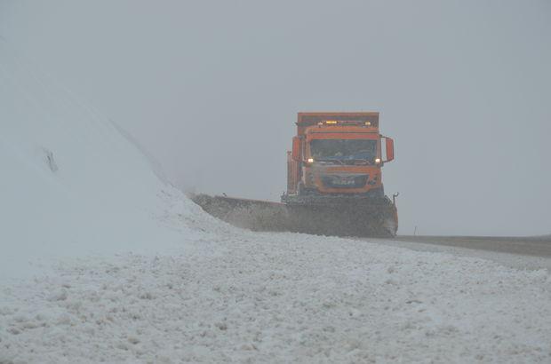 Tendürek Geçidi'nde kar yağışı ulaşımı engelliyor