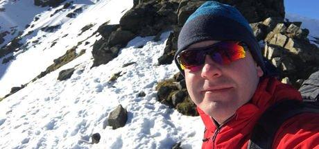Köpekleri kurtarmak için İngiltere'nin en yüksek üçüncü dağına çıktı