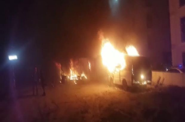 Flaş... Pendik'te minibüs ve konteyner alev alev yandı