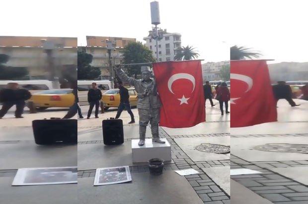 Türk bayrağını öpen Mehmetçiği canlandırdı
