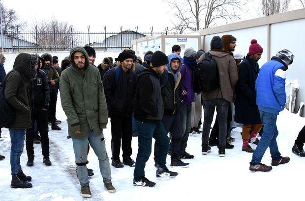 Yunanistan'ın geri gönderdiği kaçaklar, donmak üzereyken kurtarıldı