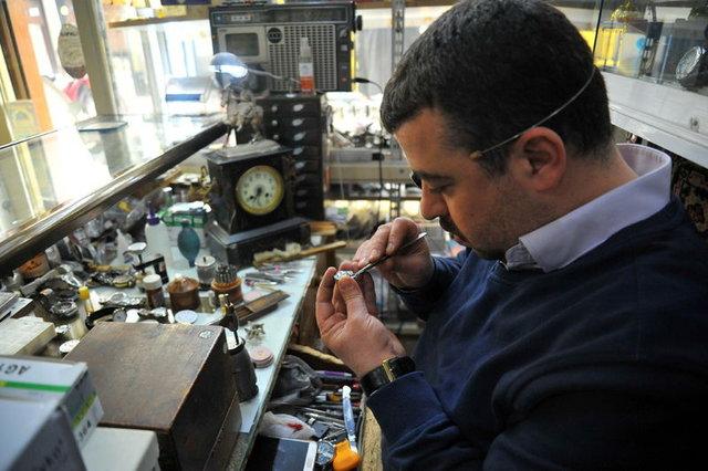 Antika saat tamirciliği mesleğini 3 oğluyla devam ettiririyor