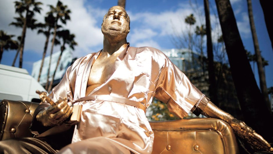 Ünlüler Kaldırımı'na Oscar'lık taciz heykeli!