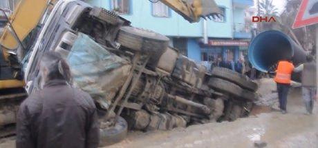 Altyapı çalışmalarında kamyon biranda çöken yolda devrildi