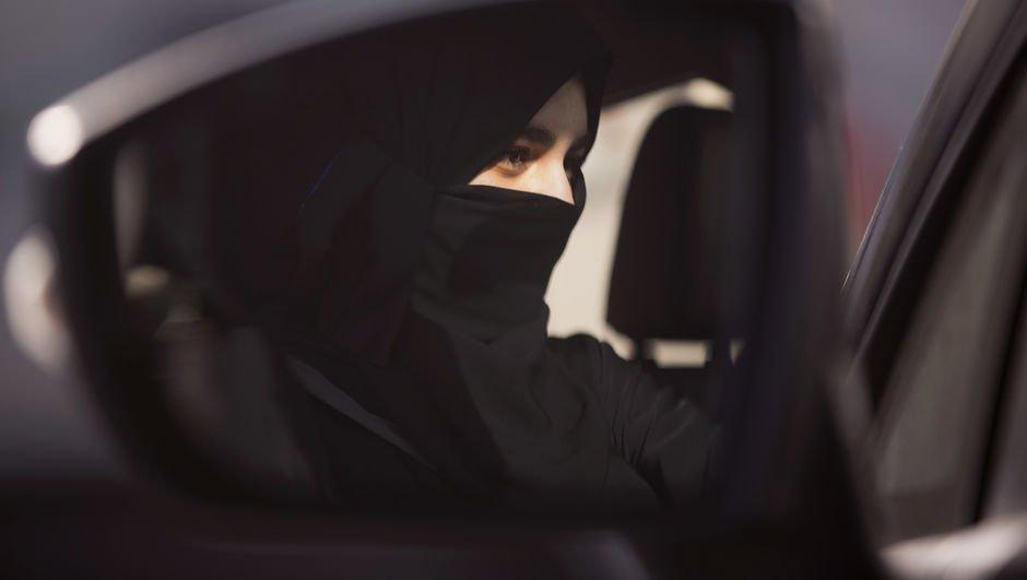 Suudi Arabistandan kadınların kıyafetiyle ilgili tarihi açıklama!