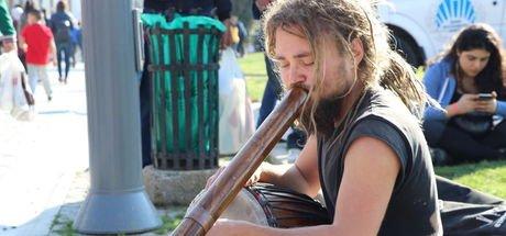 Sokak müziğinden kazandığı parayla dünyayı dolaşıyor