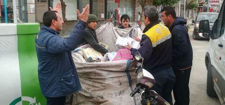 İzmir'de hurdacı resmi evrakları çöp zannedip alınca kırmızı alarm verildi