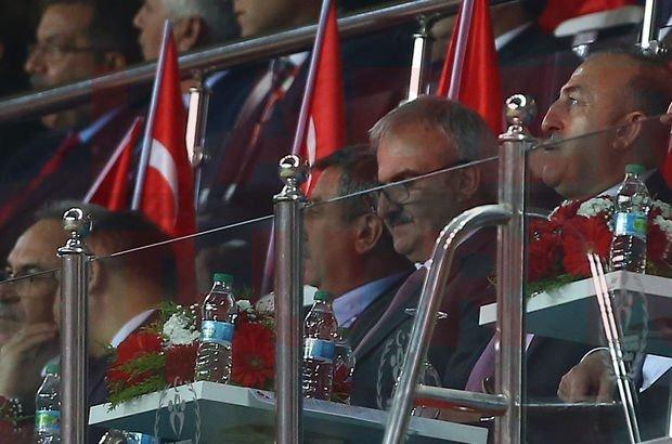 Bakan Mevlüt Çavuşoğlu, Türkiye-İrlanda Cumhuriyeti maçında tribünde