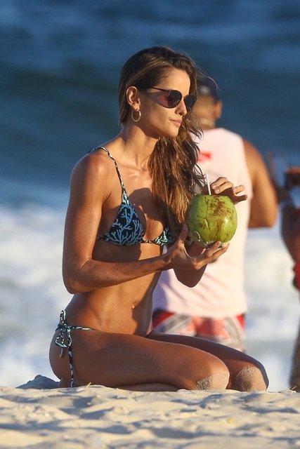 Brezilyalı model Izabel Goulart kumsalı ısıttı - Magazin haberleri